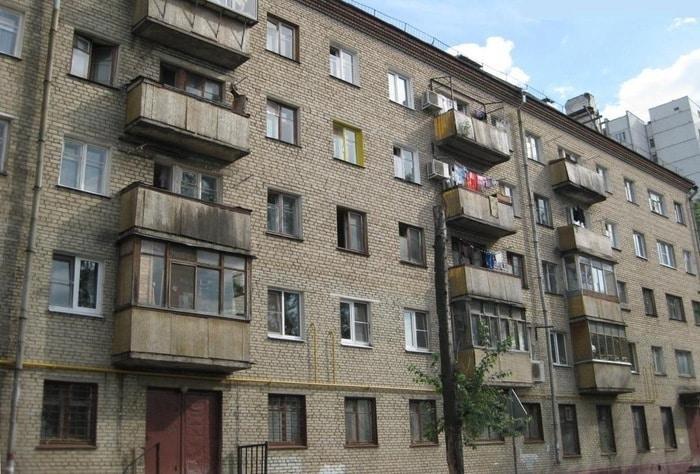 Рис. 3. Фото многоквартирного дома типовой застройки в России. Источник сайт «Media соль».