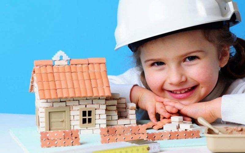 Рисунок 2. Ребенок и игрушечный дом