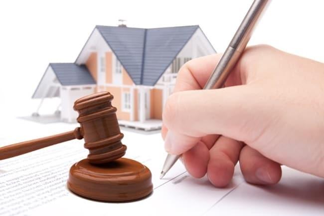 Изображение - Порядок оформления сделки купли продажи квартиры через нотариуса процедура, тарифы и кто платит за з Risunok-1.-Ruka-podpisyvayushhaya-dogovor-molotok-na-fone-doma