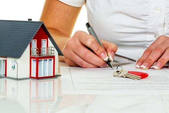 Изображение - Как продать квартиру без посредников пошаговая инструкция и порядок действий ZHenshhina-podpisyvayushhaya-dokument