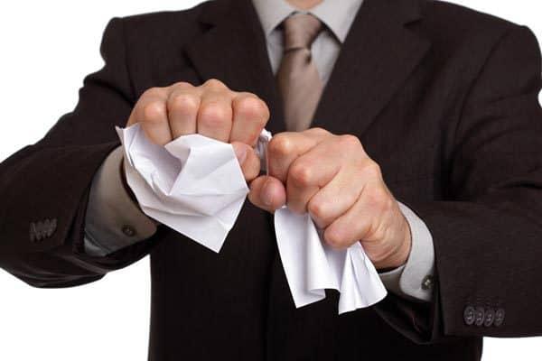Рис. 2. Мужчина, мнущий бумагу. Источник: сайт HardCoreCase