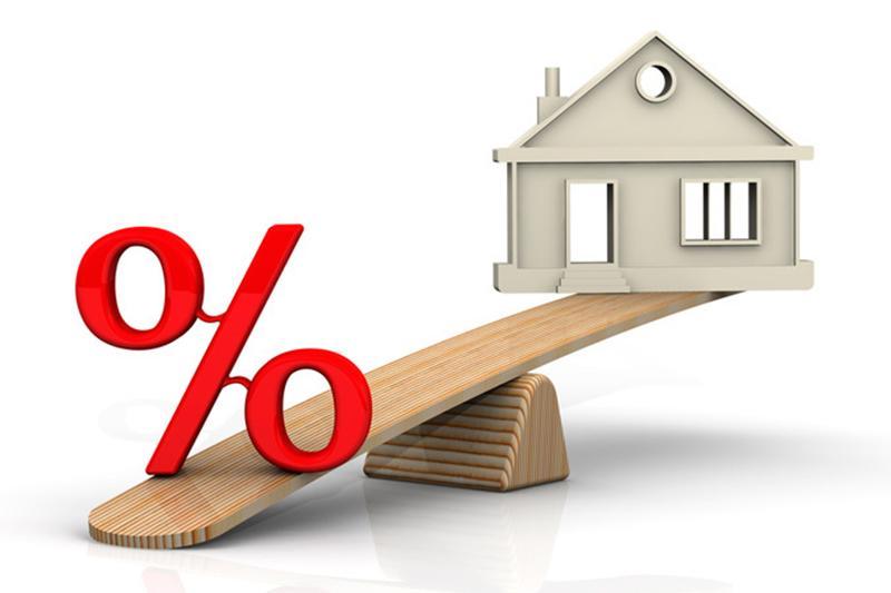 Рис. 2. Весы с домом и процентами. Источник: сайт Супермаркет недвижимости
