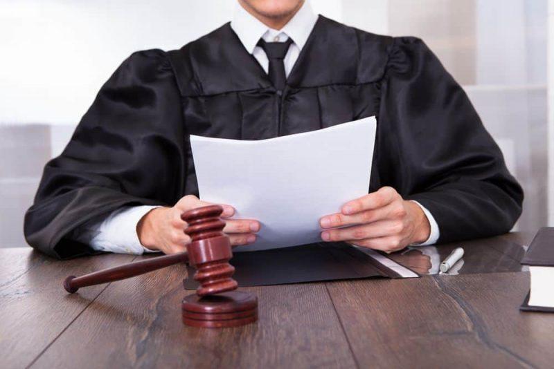 Рис 4. Судья с документами. Источник. Vsemobrake.ru