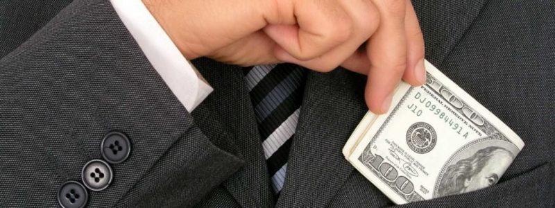 Рисунок 2. Мужчина в костюме с долларами