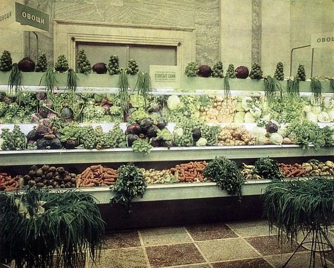 Рис. 3 Овощной магазин в СССР