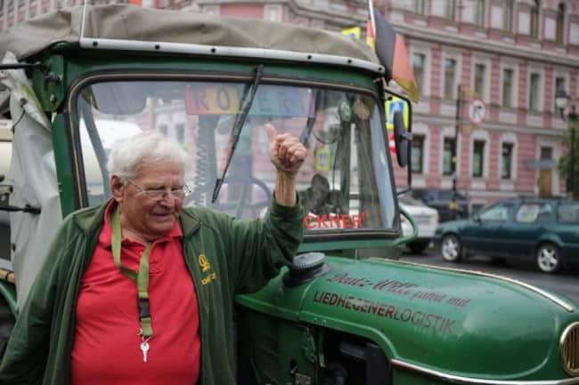Фото 5. Этот пенсионер из Германии (на фото) не только правильно получил и оформил пенсию, но ещё и вовсю воплощает свои мечты – например, приехал из своей страны в Санкт-Петербург на тракторе.