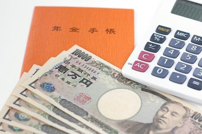 Рисунок 2. Японские деньги и пенсионное удостоверение.