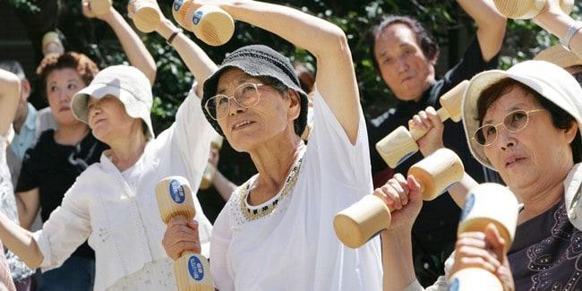 Рисунок 3. Японские пенсионеры занимаются физкультурой.