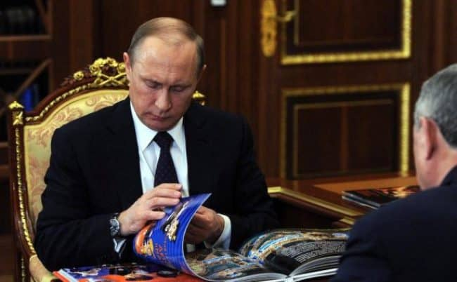 Рис. 2. Часы Patek Philippe на руке лидера государства