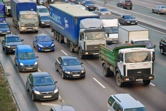 Рис 1. Автомобили могут заезжать на обочину только для кратковременной остановки.