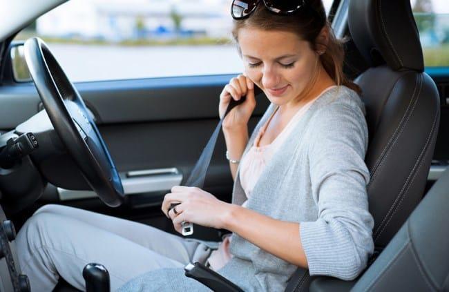 Рис 1. Водитель платит за непристегнутого пассажира, даже если сам пристегнулся.
