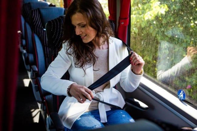 Рис 2. При наличии ремней в автобусах пассажирам также нужно пристегиваться.
