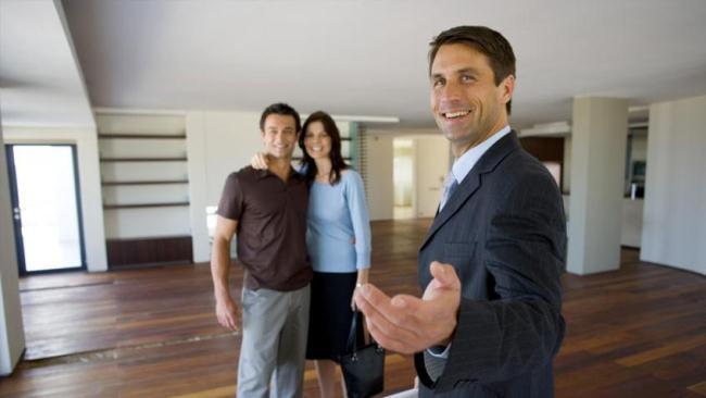 Рисунок 3. Риэлтор на показе квартиры