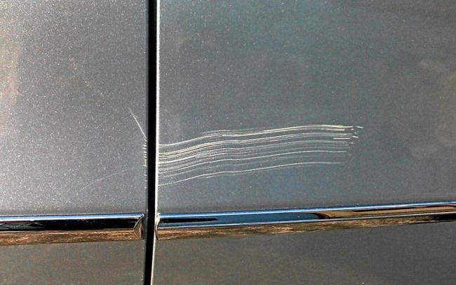 Рис. 2. Искусственно нанесенная царапина на двери