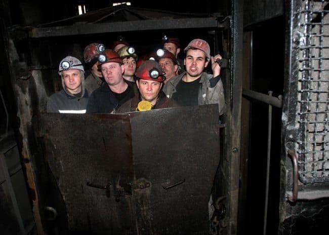 Изображение - Сколько в месяц зарабатывают шахтеры Ris.-2.-Spusk-v-shakhtu