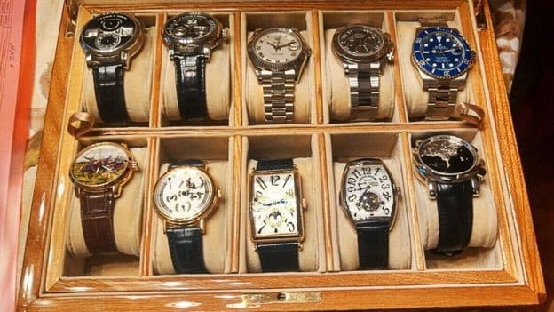 Рис. 2. Коллекция часов, принадлежавшая госчиновнику. На фото только малая ее часть.