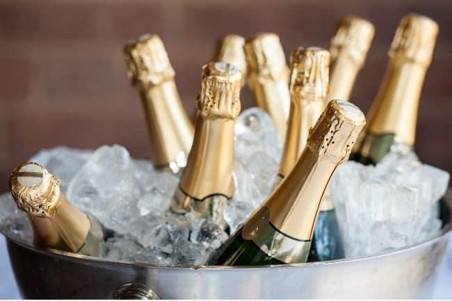 Рисунок 2. Бутылки шампанского в ведерке со льдом.