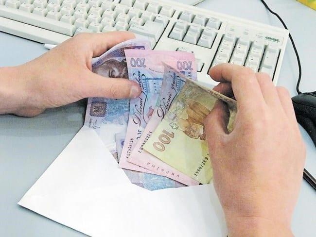 Рис. 2. «Зарплата в конвертах» – привычная ситуация для работающих украинцев