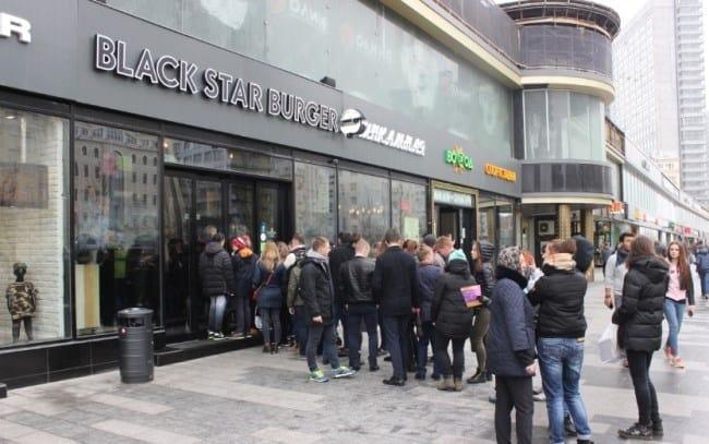 Рисунок 2. Открытие бургерных Black Star в новых городах неизменно собирает очереди