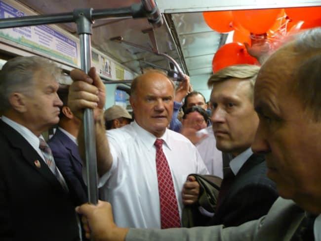 Рис. 1. Лидер КПРФ – пассажир новосибирского метро