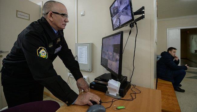 Рисунок 1. Пожилой охранник на рабочем месте