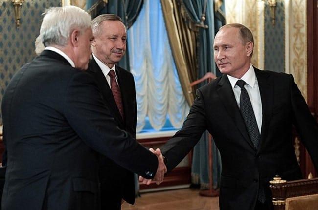 Рисунок 1. Предыдущий глава региона Полтавченко (слева) и новый руководитель Беглов на встрече с Путиным