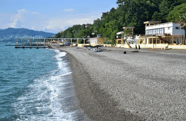Рис. 13. Пляж в Сочи