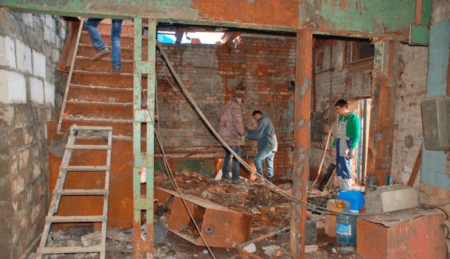 Рис. 2. Разнорабочие подсобники на строительстве объекта