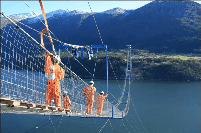 Рис. 2. Строительство подвесного моста в Норвегии