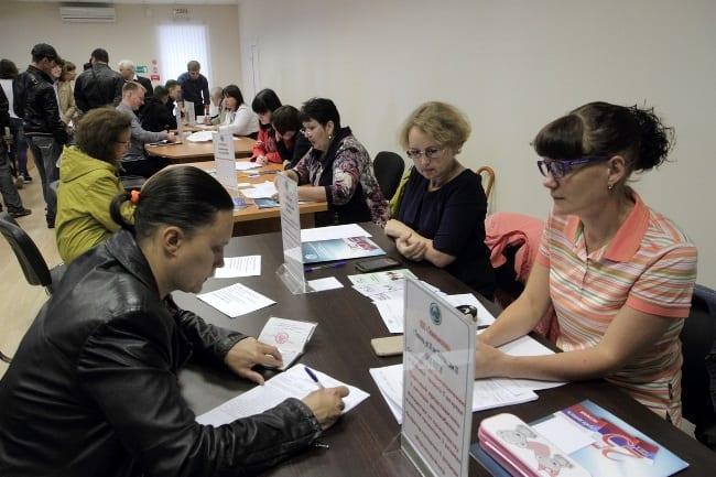 Рис. 3. Встреча работодателей и соискателей на Ярмарке вакансий в ЦЗН Тюмени