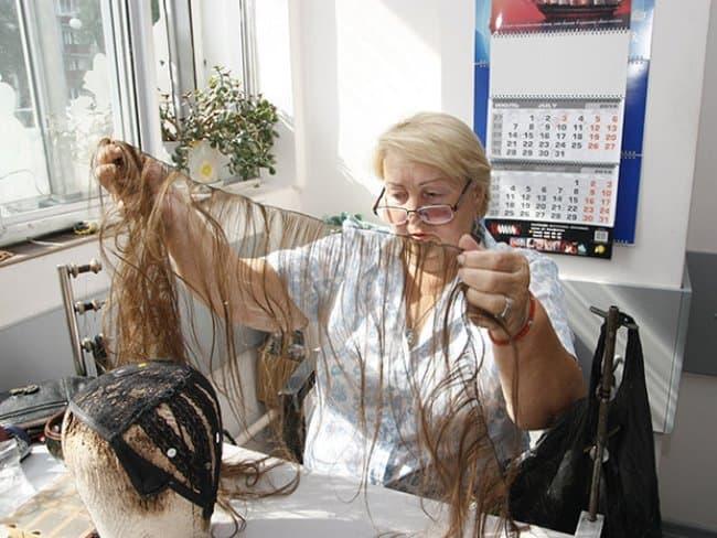 Рис. 4. Постижер создает красоту волосинка за волосинкой
