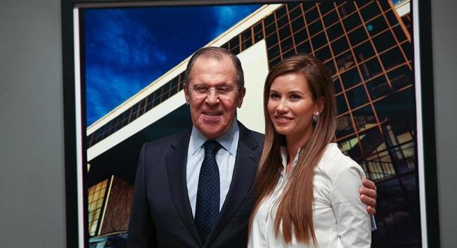 Рис. 5. Екатерина со своим отцом в принадлежащей ей галерее