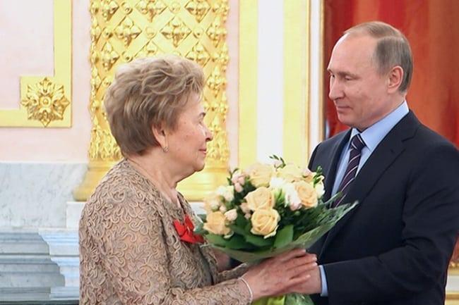 Рис 1. Владимир Путин поздравляет Наину Ельцину с юбилеем