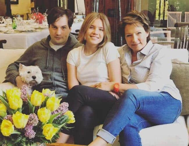 Рисунок 3. Мария Юмашева (в центре) вместе с братом Борисом и матерью Татьяной Юмашевой