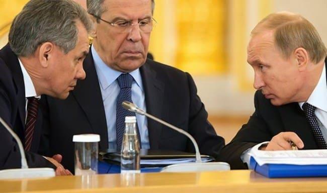 Рисунок 1. Во время совещания в кабинете министров с Сергеем Лавровым и Владимиром Путиным