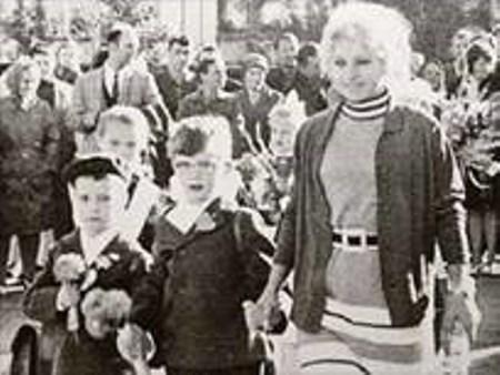 с первой учительницей В.Б.Смирновой, крайний слева.