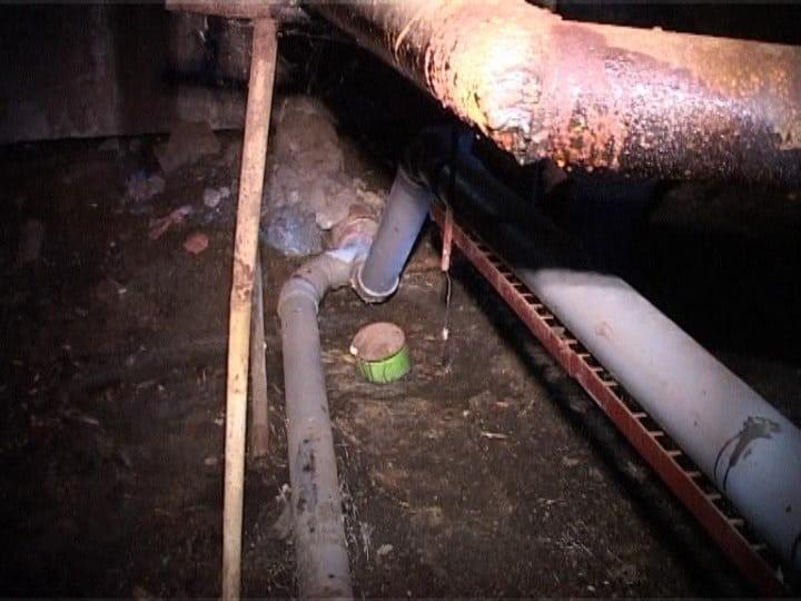 Рис. 3. Одна из основных причин смрада в подъезде – пришедшая в негодность канализация.