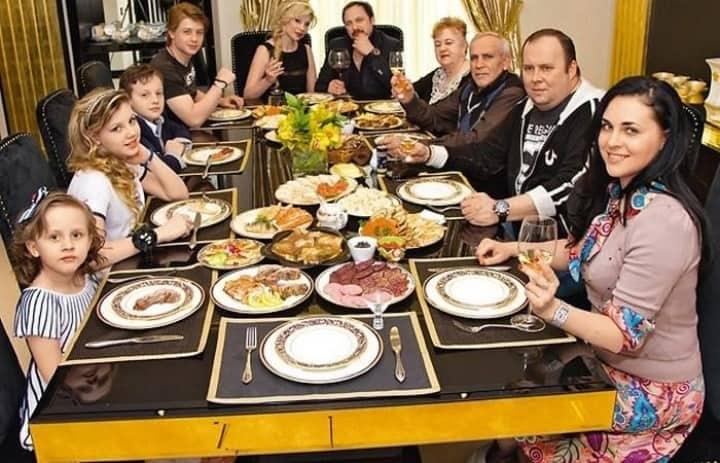 Рис. 3. Семейный ужин в доме Михайловых