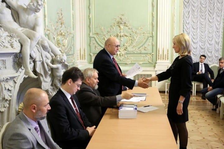 Рис. 1. Поздравление молодых адвокатов, принявших присягу, в Санкт-Петербурге