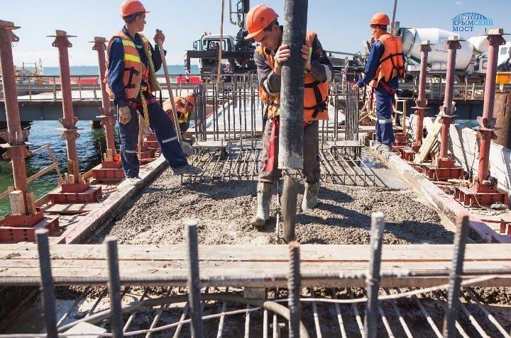 Рис. 1. Строители Керченского моста