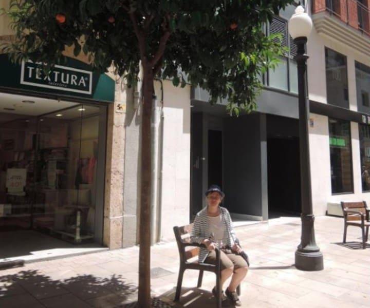 Рис. 2. За 10 минут до обнаружения пропажи я позировала с закрытой сумкой на улице Императора Августа в Таррагоне. Источник: архив автора