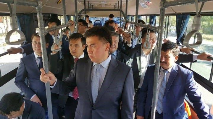 Рис. 3. Не каждый госслужащий будет разъезжать на общественном транспорте, чтобы увидеть реальные проблемы населения. На фото – аким (мэр) Шымкнта.