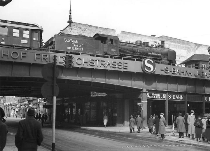 Рис. 1. На улицах Берлина. 1938