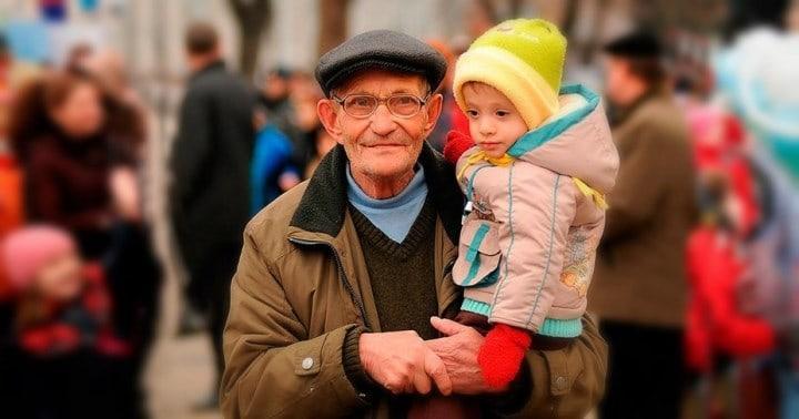 Рис. 2. Пенсионер воспитывает малолетнюю внучку