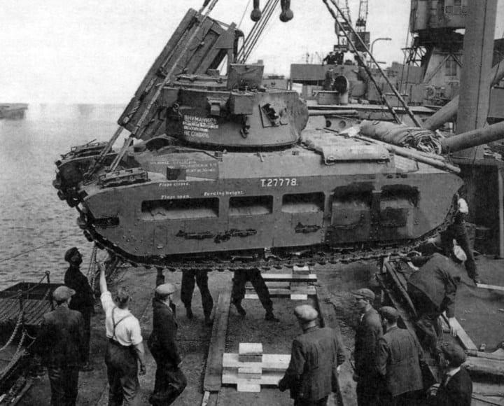 Рис. 3. Погрузка пехотного танка «Матильда» по ленд-лизу