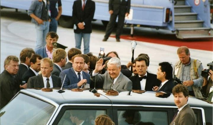 Рисунок 1. Б.Н. Ельцин на встрече в Мюнхене на личном автомобиле с водителем