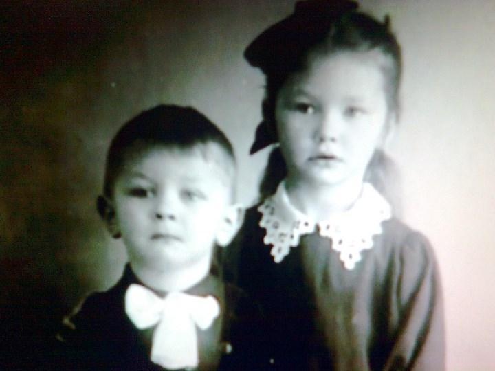 Фото 1. Алла с младшим братом