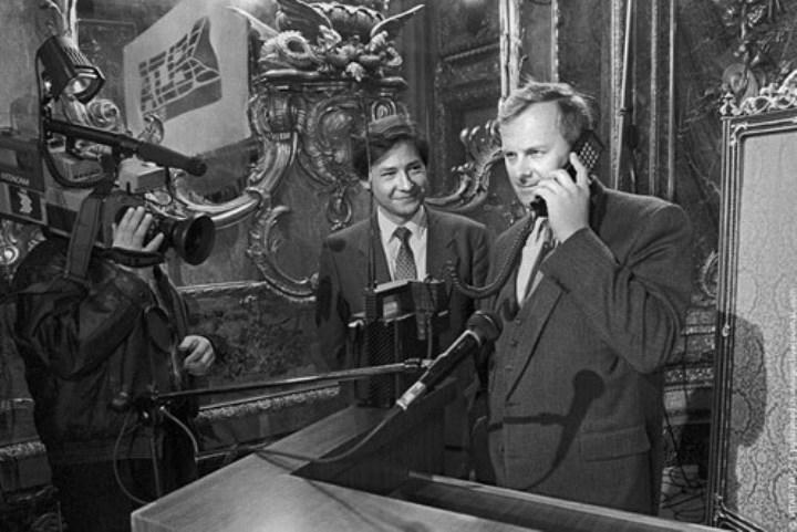Рис. 1. Исторический разговор 9 сентября 1991 г. Фото с сайта «Коммерсант»