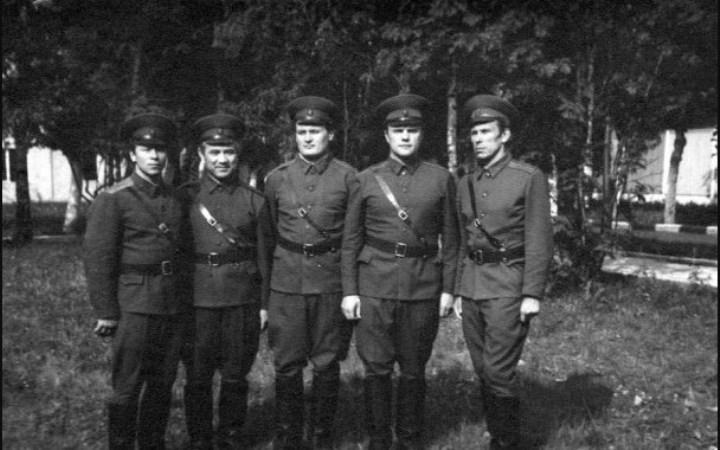 в армии, второй справа