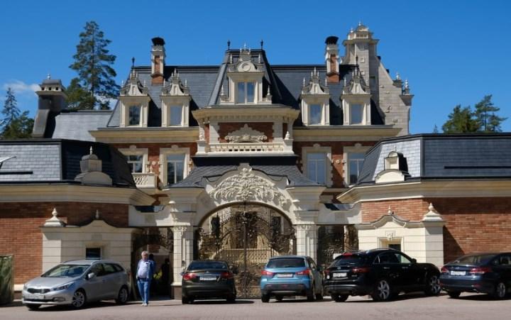Рис. Один из рублевских дворцов. Фото с сайта realt.onliner